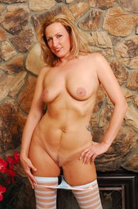 Curvy Milf Showing Her Natural Breasts And Snatch
